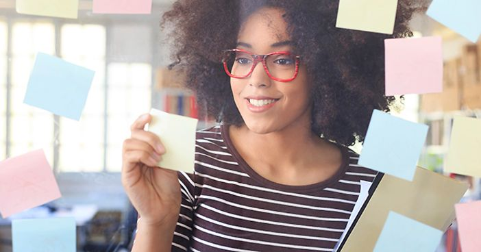 woman_in_glasses_with_postits_on_mirror